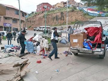 Indigentes de  plaza Tomás Katari son desalojados