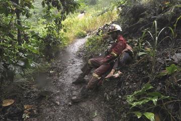 ¿Quién es el heroico bombero que rescató el cuerpo de una niña en Caranavi?
