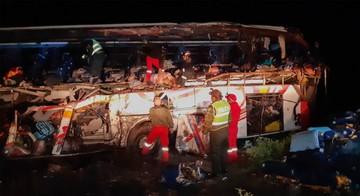 Colisión de bus y camión deja 24 personas fallecidas