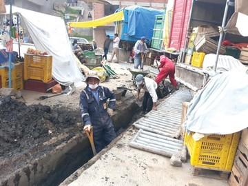 Cuadrillas de trabajadores limpian vías y sumideros