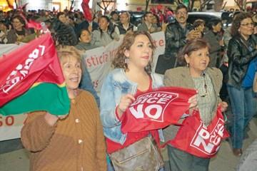 Cívicos, obreros y políticos  marchan en defensa del 21F