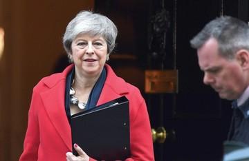 May retrocede y aplaza salida de la UE