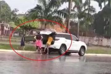 Mujer intenta robarse la banqueta de una plaza en Riberalta