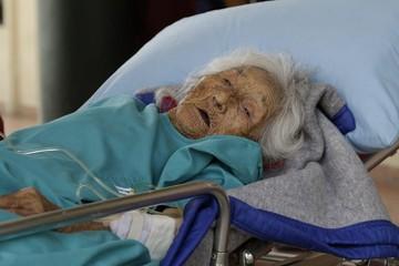 Internan a la mujer considerada la más longeva del país