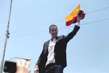 Guaidó llega a Caracas y no es arrestado, como amenazó Maduro