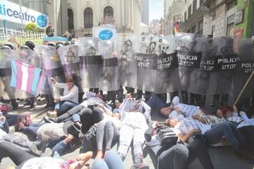 Mujeres protestan contra líder cocalero por ofrecer a misses a un ministro