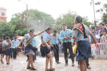 Diversión, agua y folclore en el Carnaval de Yotala