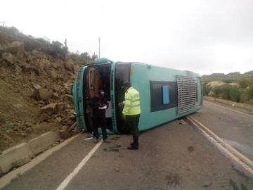 Cuatro personas quedan heridas en vuelco de bus