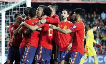 España sufre para ganar