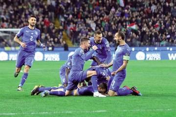 Italia vence 2-0 a Finlandia