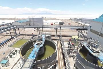 La venta de litio a empresas de Chile desata críticas