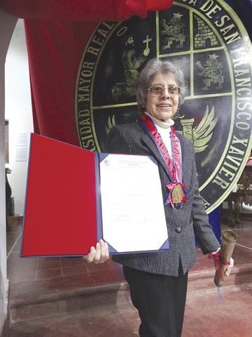 """""""U"""" entrega medalla a Matilde Casazola"""