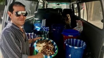 ¿Dejaría los negocios para alimentar perros de la calle? Un paceño lo hizo