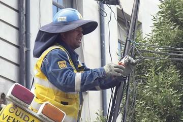 La Paz empieza a retirar cables que afean el centro