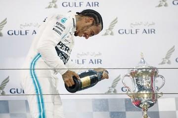 Hamilton triunfa en Baréin con un golpe de suerte