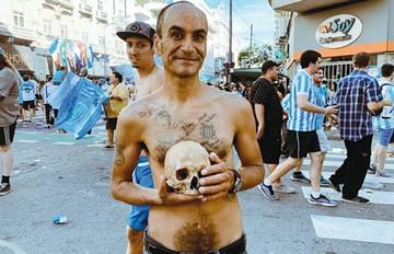Hincha de Racing lleva un cráneo a festejos del título