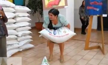 Ministra Sifuentes muestra su fuerza al levantar un quintal de arroz