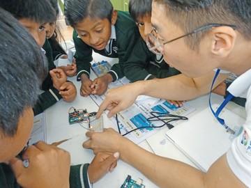 Estudiantes se acercan a la tecnología