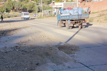 Avenida Juana Azurduy tiene 20 losas hundidas
