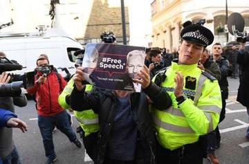 Assange permanece detenido en Londres tras siete años de encierro en embajada