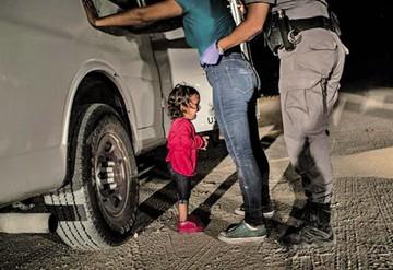 Foto de niña migrante gana premio mundial