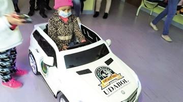 Transportarán a los niños  en auto en vez de camilla