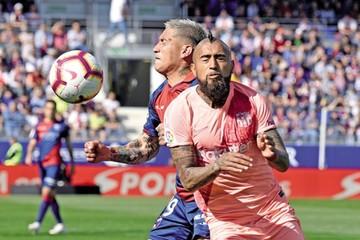 El Sevilla gana el derbi  y el Barcelona se relaja