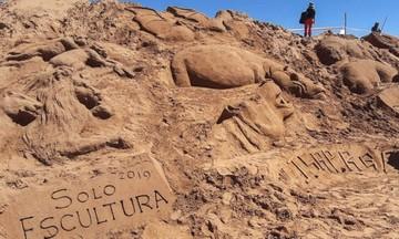 Decenas de esculturas en arena recrean un pasaje de la Biblia en Oruro