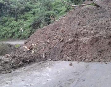 Cierran camino a Guanay por riesgo ante derrumbe