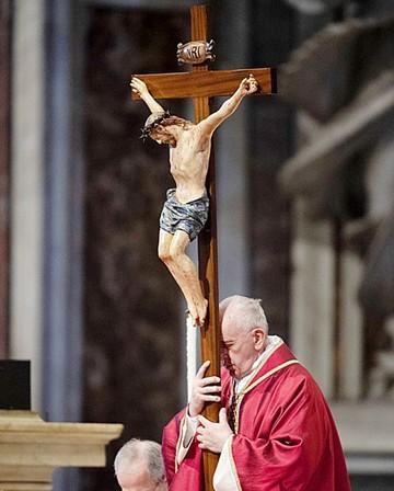 Francisco preside un Vía Crucis por los migrantes