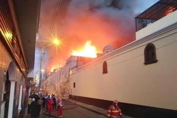 Más de 500 bomberos controlan gran incendio en el centro de Lima
