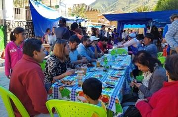 Zudáñez recibe a visitantes en la tradicional feria del picante de pollo