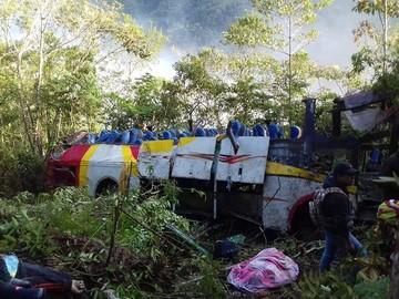Sube a 25 el número de muertos por embarrancamiento de bus en Los Yungas