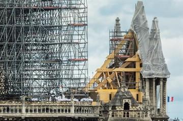Obreros fumaron en los andamios de Notre Dame