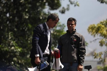 Leopoldo López se va a la embajada de España en compañía de su familia