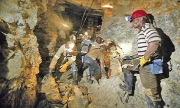 Miles de mineros quedan atrapados en yacimiento