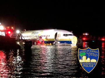 Avión comercial se desliza y cae en un río de EEUU