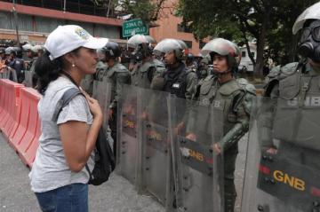 Opositores van a cuarteles en busca de apoyo militar contra Maduro