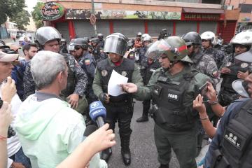 Maduro se acerca a FF.AA. y Guaidó halla resistencia