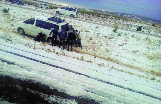 Una nevada sorprende  en la vía La Paz-Oruro