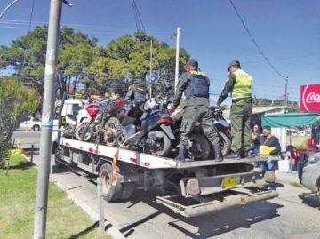 Decomisan motocicletas sin placas de control y mal estacionadas