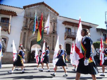 Desfile escolar derrocha civismo  en los festejos del 25 de Mayo