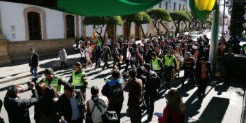 Sucre celebra el 25 de Mayo con desfile, reclamos y sin Evo