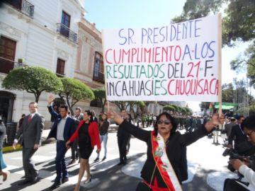 Desfile cívico por el 25 de Mayo reflejó división en Chuquisaca