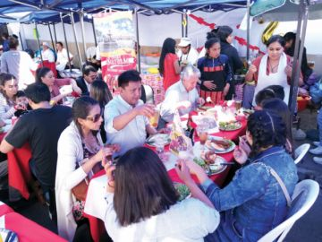 Exhibiciones atraen a miles en festejos