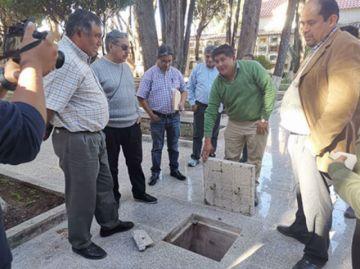 Observan material usado  en el piso del cementerio