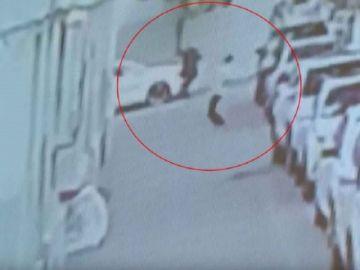 Vea cómo un hombre salva a bebé que cayó de un quinto piso