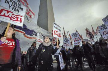 Macri enfrenta una huelga contundente