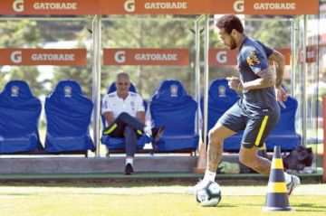 Problema físico de Neymar amenaza  los planes de Tite