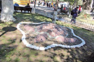 Retiran figuras de Plaza 25 de Mayo